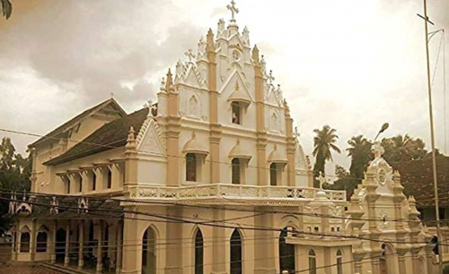കണ്ടനാട് സെന്റ് മേരീസ് പള്ളിയില് ഓര്ത്തഡോക്സ് വിഭാഗം കുര്ബാന നടത്തി ; 45 വര്ഷത്തിന് ശേഷം പോലീസ് സംരക്ഷണത്തോടെ പ്രാര്ത്ഥന