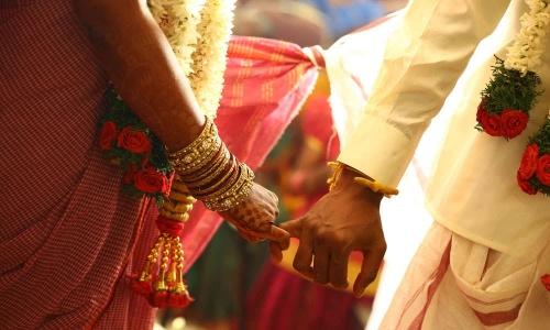 ബലാത്സംഗ പരാതിയുമായെത്തിയ പെണ്കുട്ടിയെയും പ്രതിയെയും വിവാഹം കഴിപ്പിച്ച് പൊലീസ്